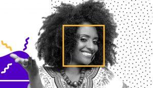 Jovem negra enfatiza sorriso virando a face e erguendo a mão contra grafismos azuis e de pontos no ar