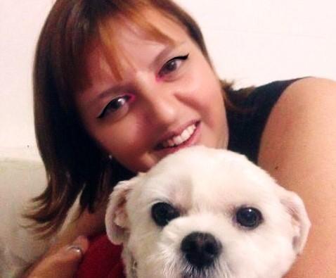 Veterinária em close com cãozinho branco